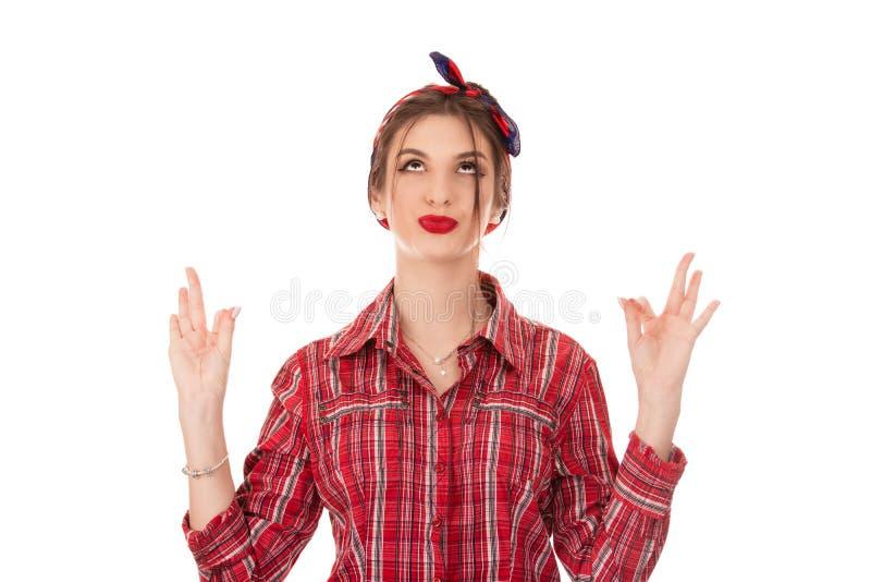 Kvinnan med retro utformat hår som rymmer fingrar, korsade gest fotografering för bildbyråer