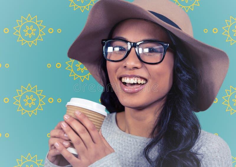 Kvinnan med sommarhatten och kaffe mot den gula solen mönstrar och slösar bakgrund stock illustrationer
