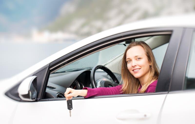 Kvinnan med stämm av den nya uthyrnings- bilen royaltyfria bilder