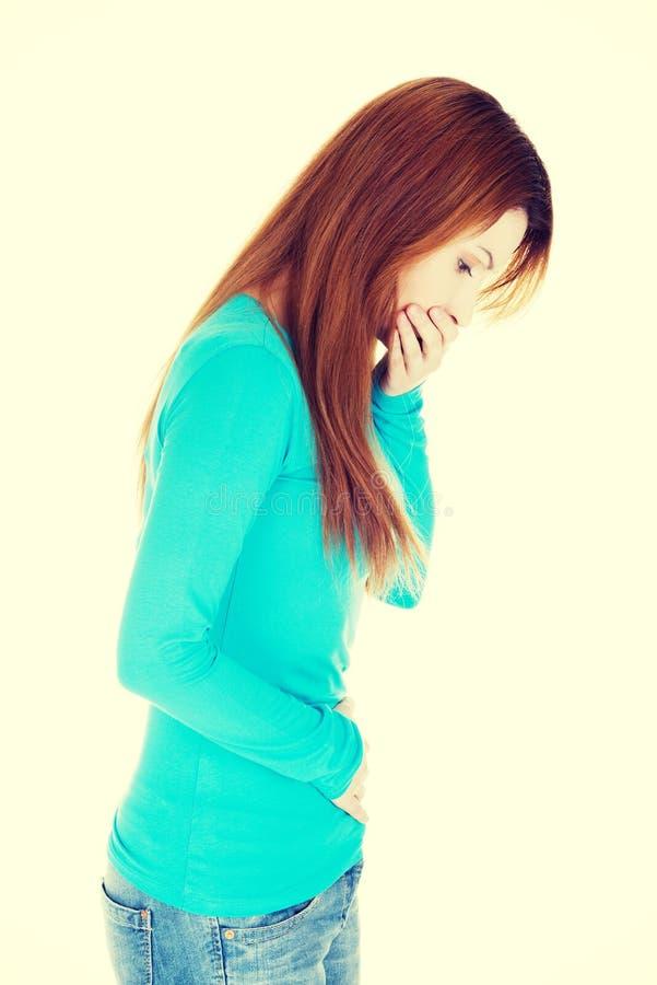 Kvinnan med starkt smärtar av magen och kväljning fotografering för bildbyråer