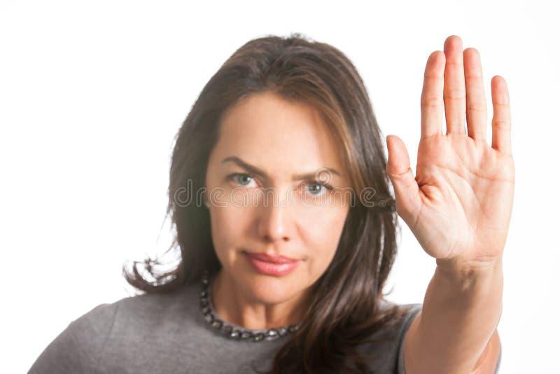 Kvinnan med utsträckt gest för handvisningstopp isolerade royaltyfri foto