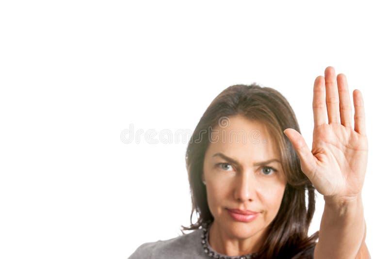 Kvinnan med utsträckt gest för handvisningstopp isolerade arkivbilder