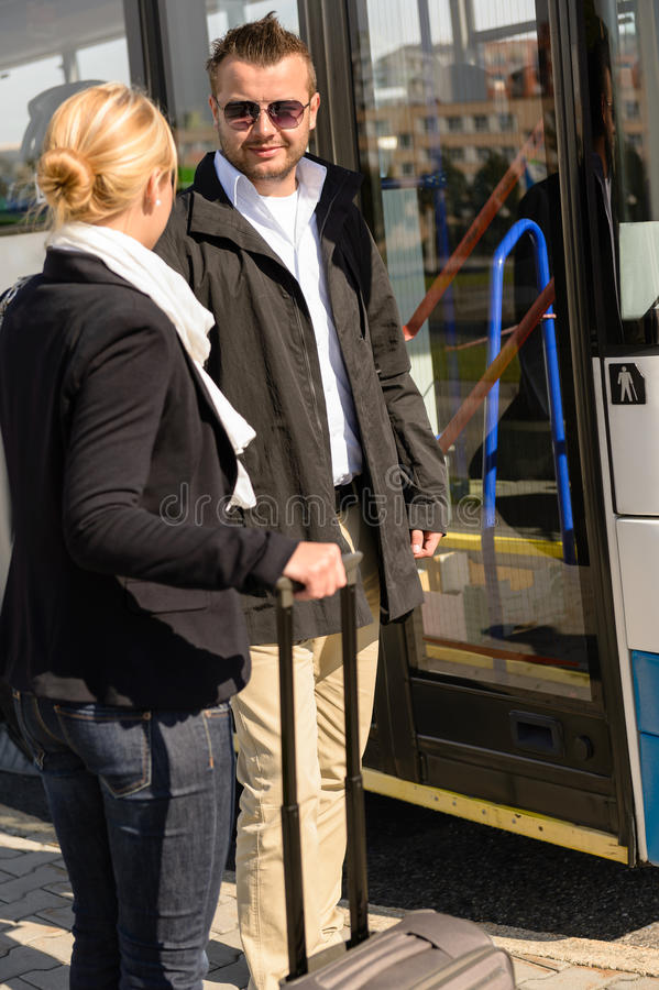 Kvinnan och manen som in talar, bussar posterar royaltyfria bilder
