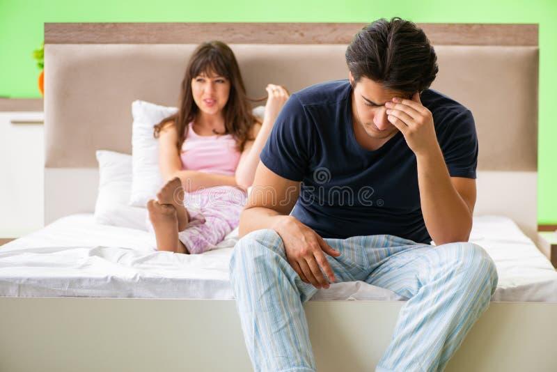 Kvinnan och mannen i sovrummet efter konflikt royaltyfri bild