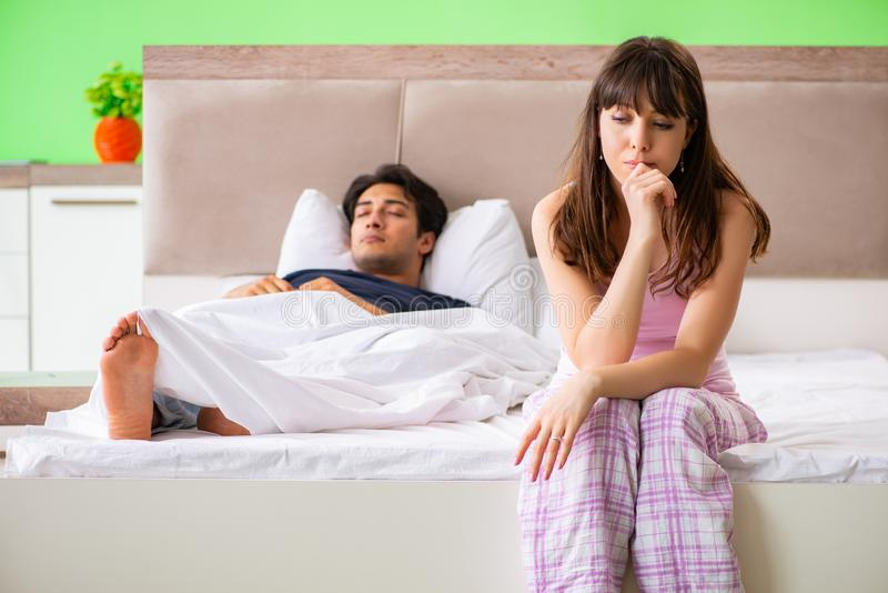 Kvinnan och mannen i sovrummet efter konflikt arkivbild