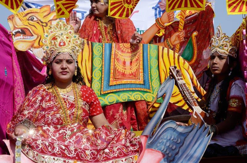 Kvinnan och mannen klädde som hinduiska gudar på den Pushkar kamelmässan, Rajasthan, Indien royaltyfri bild