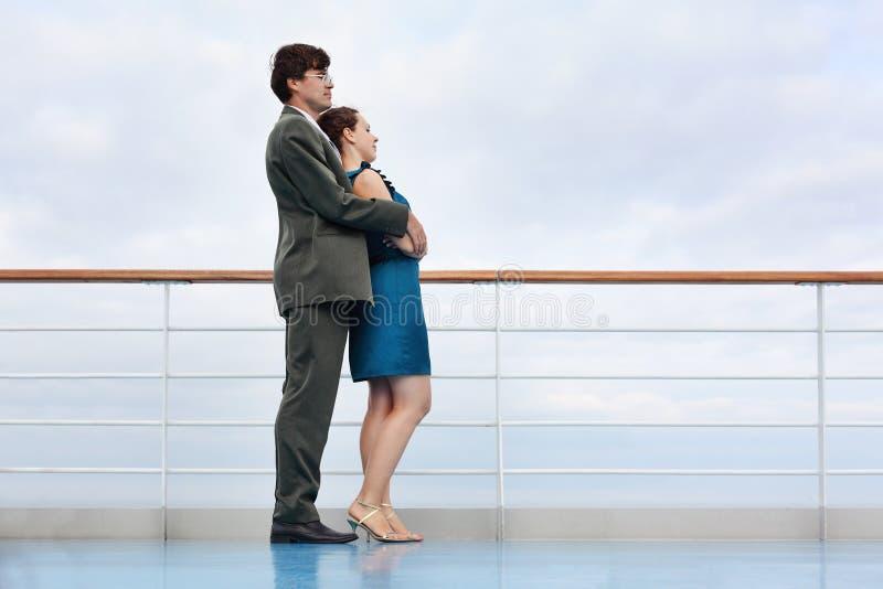 Kvinnan och mannen plattforer ombord av shipen royaltyfria bilder