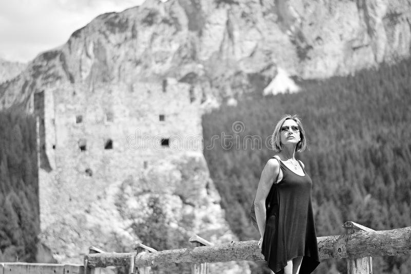 Kvinnan och slotten av Andraz på dolomitesna royaltyfri fotografi
