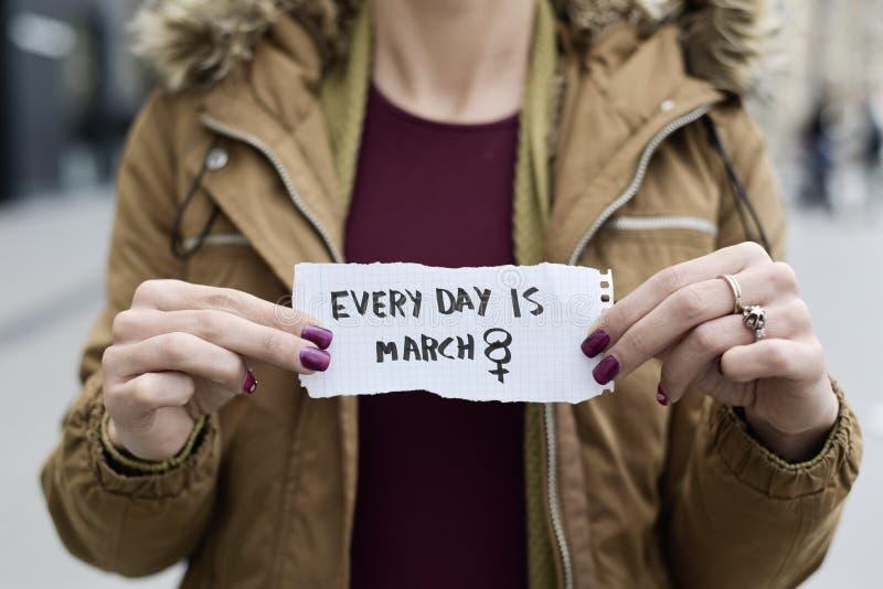 Kvinnan och smsar varje dag är marsch 8 royaltyfri foto