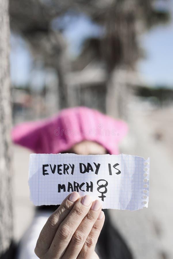 Kvinnan och texten varje dag är marsch 8 royaltyfria foton
