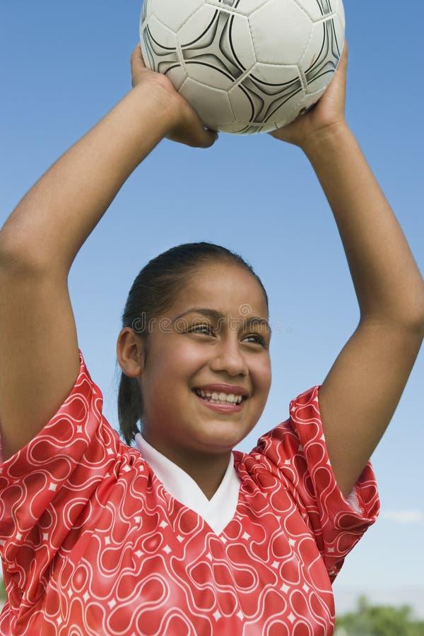 Kvinnan ordnar till för att kasta fotboll klumpa ihop sig royaltyfria foton