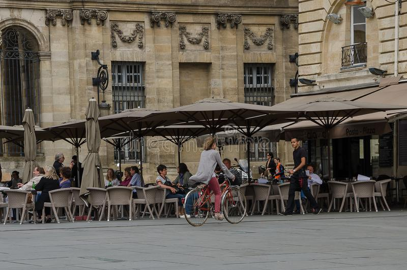 Kvinnan på en cykel på förlägger Pey Berland i Bordeaux September 2013 france arkivbilder