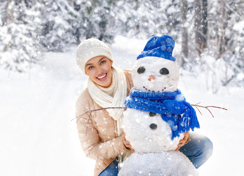 Kvinnan på en vinter går royaltyfri bild