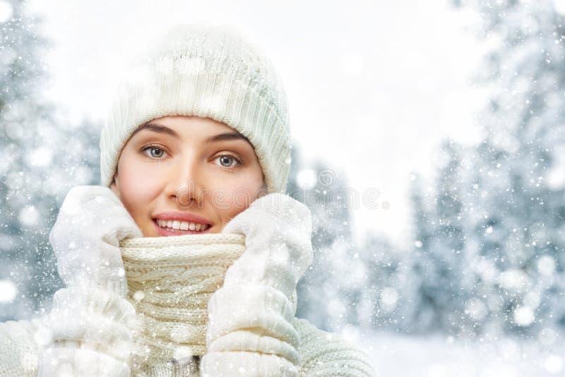 Kvinnan på en vinter går royaltyfria bilder