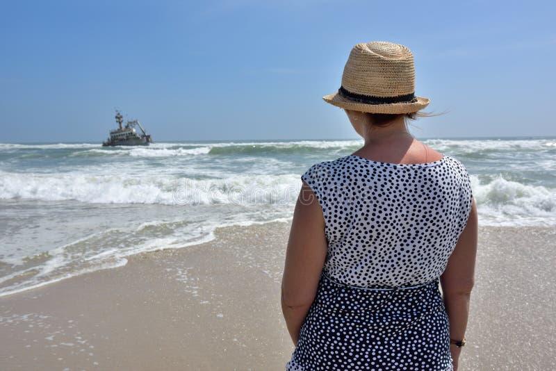 Kvinnan på hav seglar utmed kusten royaltyfri fotografi