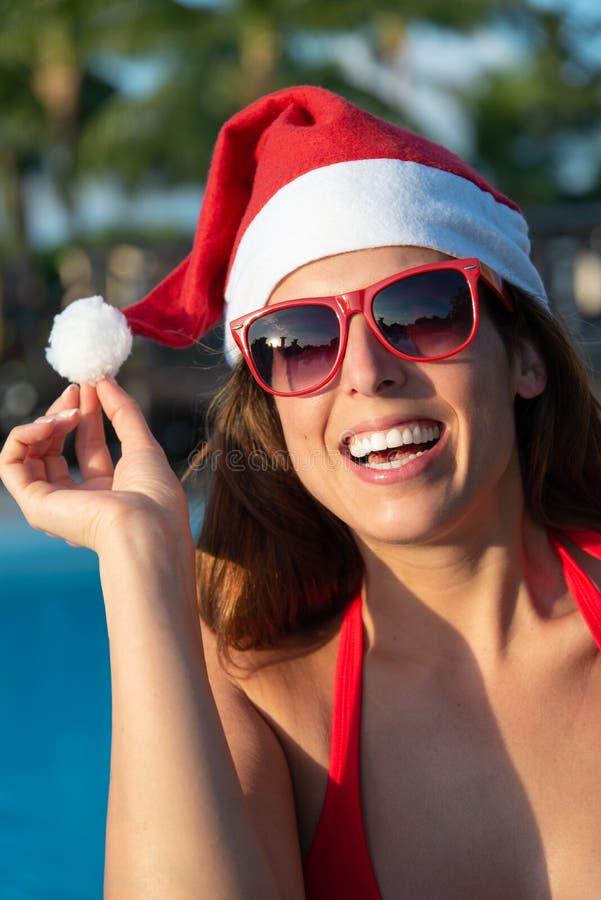 Kvinnan på jul semestrar på den karibiska semesterorten arkivfoton