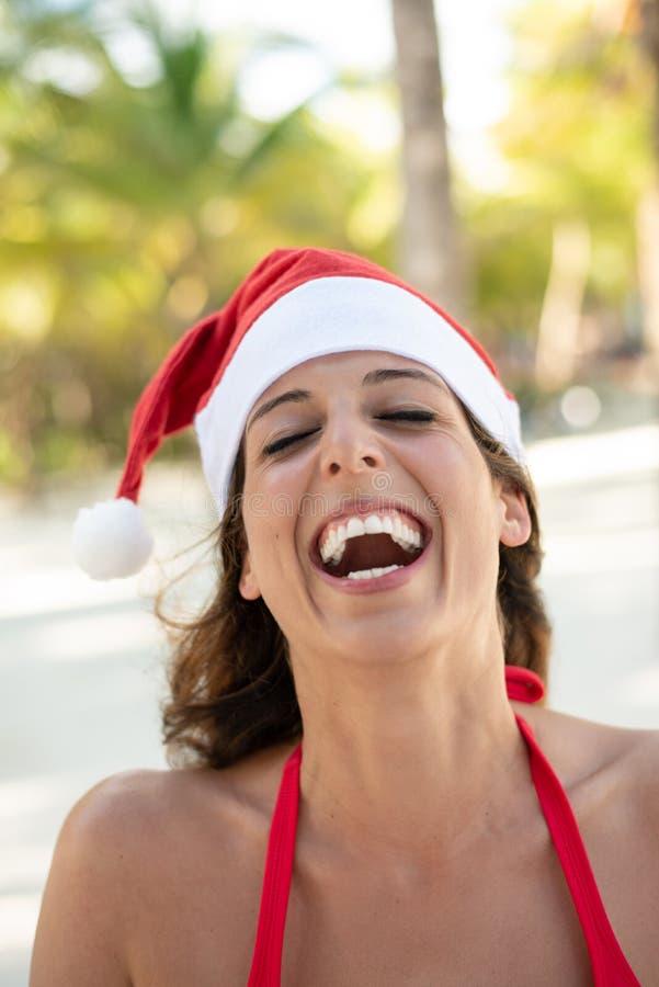 Kvinnan på jul semestrar på den karibiska stranden royaltyfria bilder