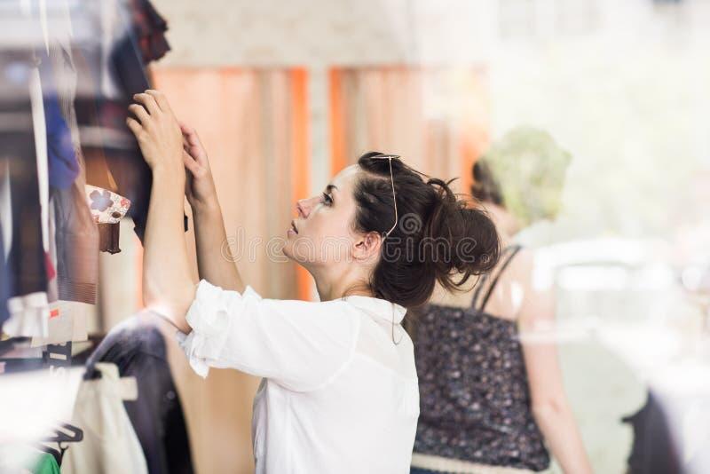 Kvinnan på shoppar arkivbild