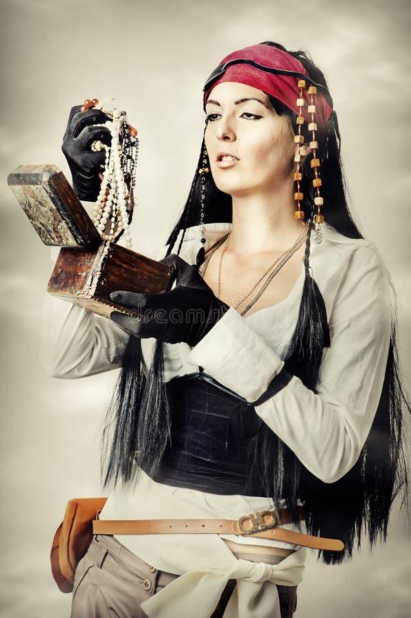 Kvinnan piratkopierar öppnar skattbröstkorgen arkivfoton