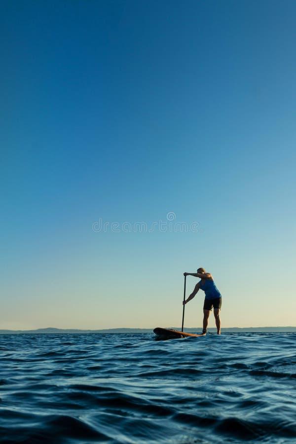 Kvinnan plattforer på upp skovelbrädet arkivfoto