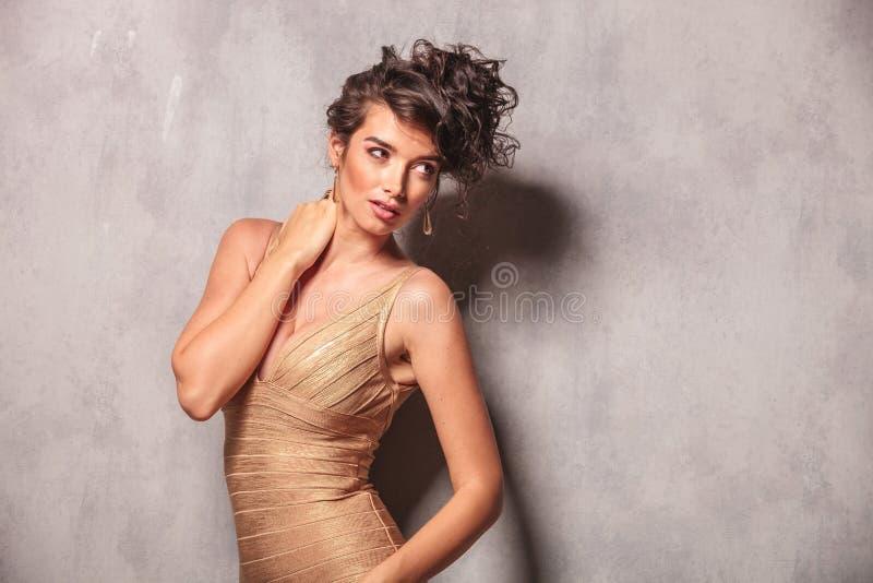 Kvinnan poserar att välva sig henne tillbaka, medan trycka på hennes hals royaltyfri foto