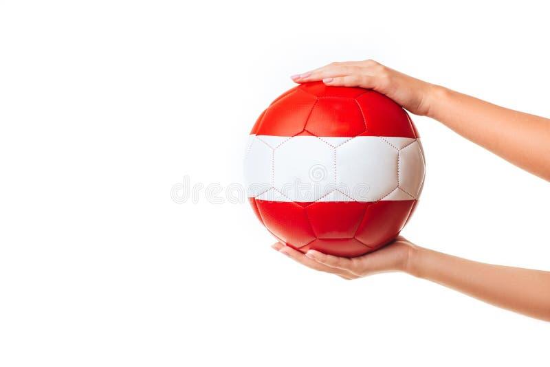 Kvinnan räcker den hållande fotbollbollen arkivbilder