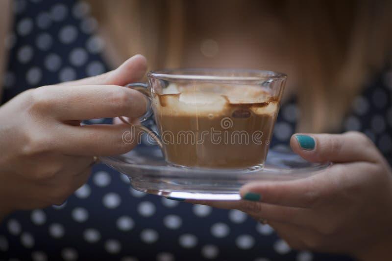 Kvinnan räcker den hållande koppen kaffe royaltyfria bilder