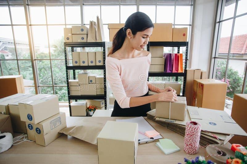 Kvinnan räcker packeasken från online-shopping, hem- leverans arkivbild