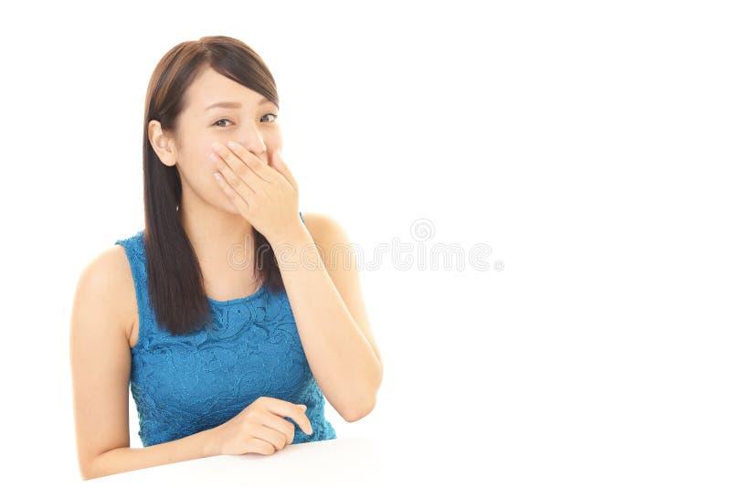 Kvinnan räknar henne mouth arkivfoton