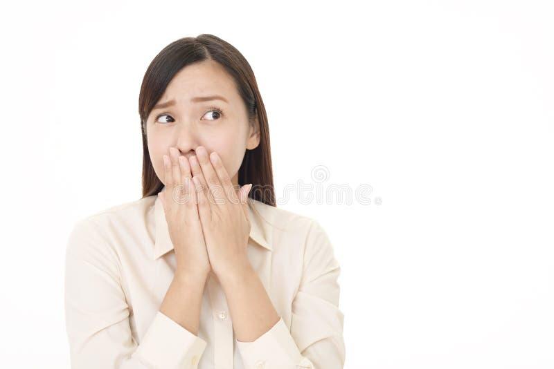 Kvinnan räknar henne mouth royaltyfria foton