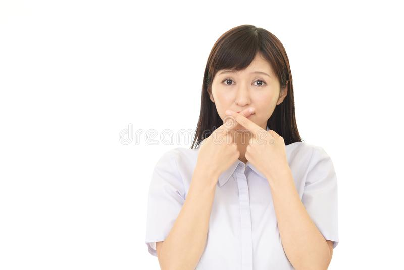 Kvinnan räknar henne mouth arkivbild