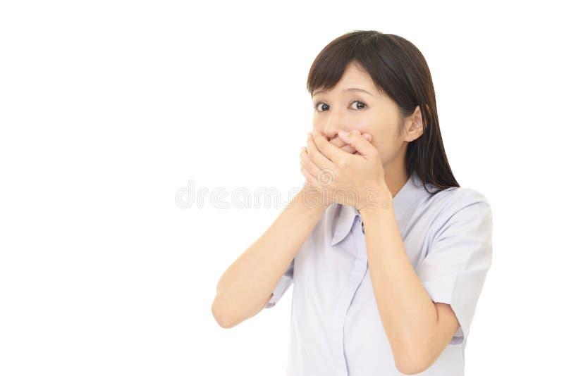 Kvinnan räknar henne mouth royaltyfri fotografi