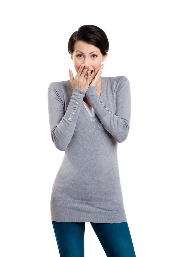 Kvinnan räknar henne munnen med handen royaltyfri foto