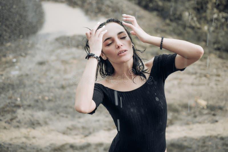 Kvinnan regnar in Bildsinnesrörelsekvinna Flickaskrik Ledset kvinnligt lynne Kvinnasinnesrörelser royaltyfri fotografi