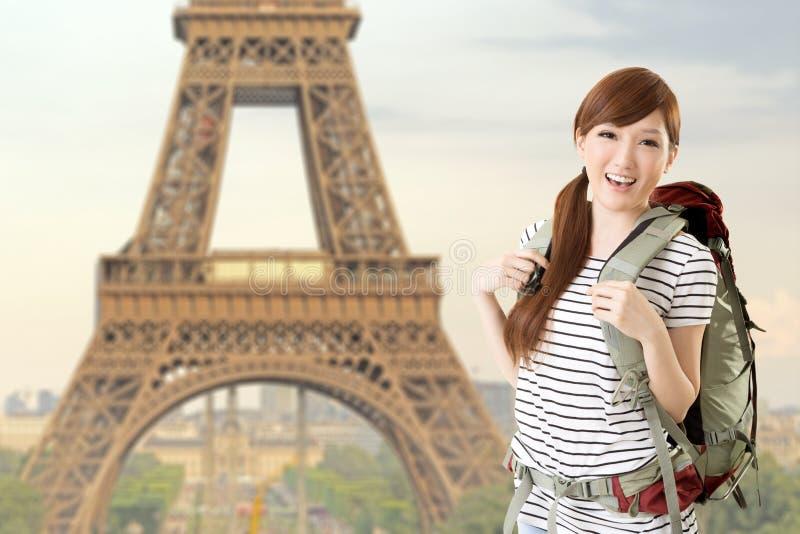 Kvinnan reser på Paris royaltyfri bild