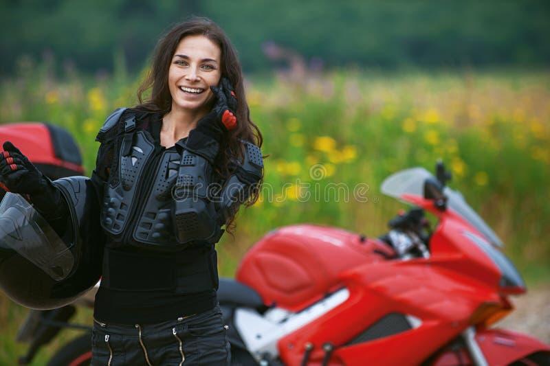 Kvinnan rider den trevliga cykeln royaltyfri fotografi