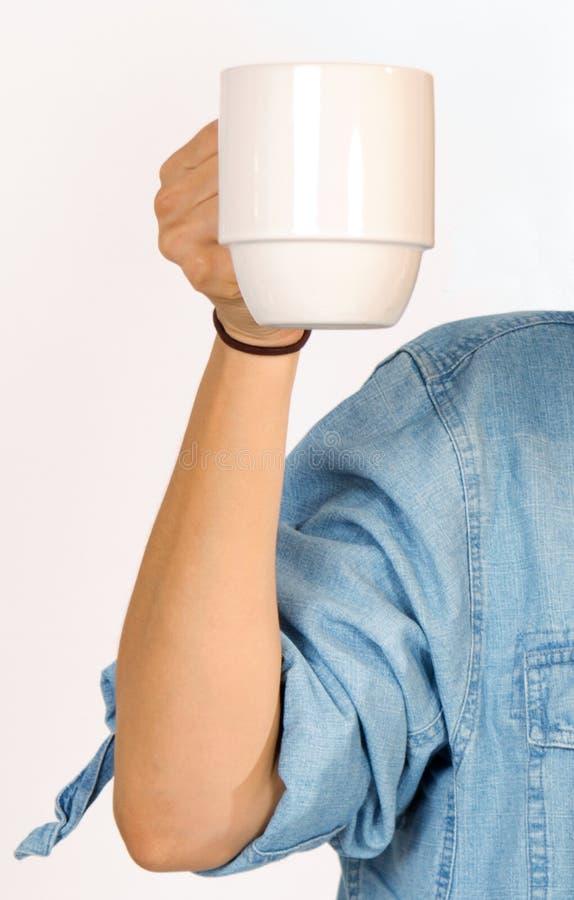 Kvinnan rymmer en kopp kaffe royaltyfria foton