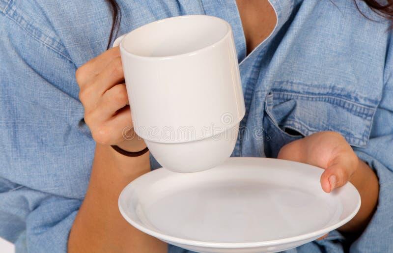 Kvinnan rymmer en kopp kaffe royaltyfri bild