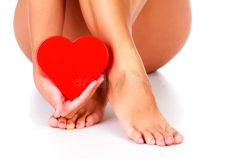 Download Kvinnan rymmer röd hjärta arkivfoto. Bild av barbacka - 78728840