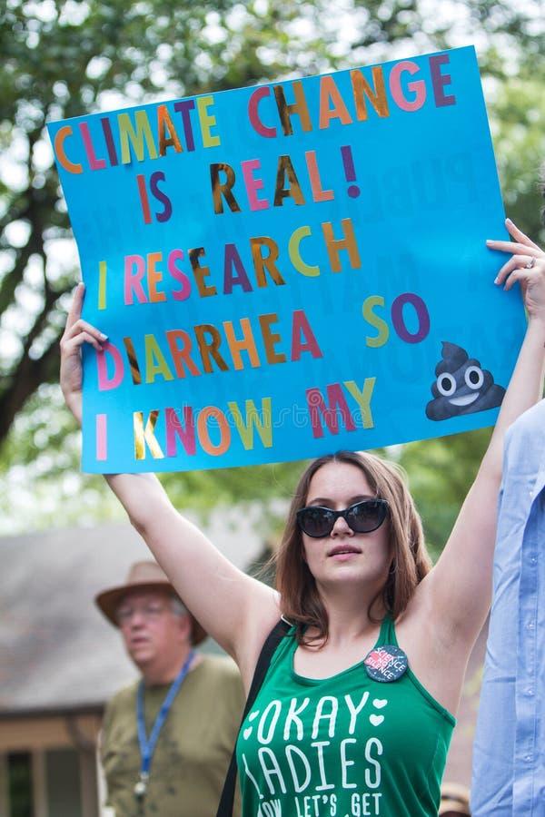 Kvinnan rymmer upp roligt undertecknar in den Atlanta mars för vetenskap royaltyfria bilder