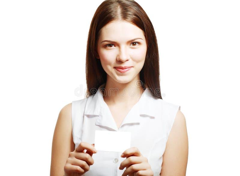 Kvinnan rymmer ut ett kort arkivbild