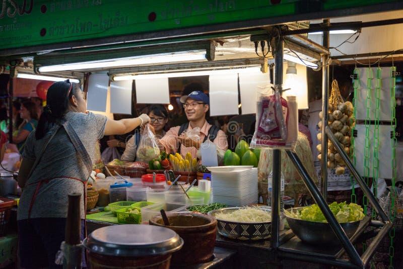 Kvinnan säljer traditionell thailändsk mat arkivbild