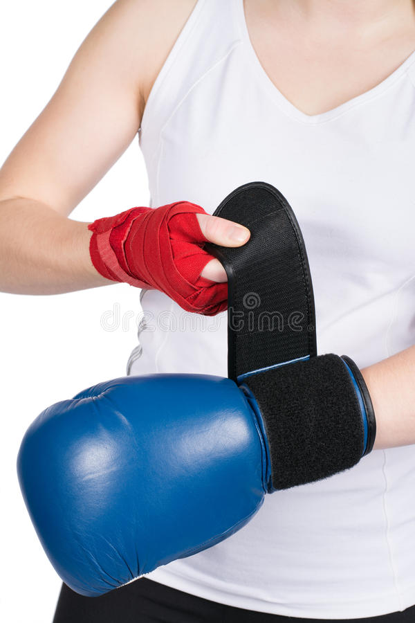 Kvinnan sätter på boxninghandske arkivbild