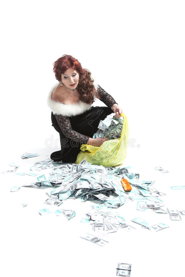 Kvinnan samlar pengar in i packen royaltyfri bild