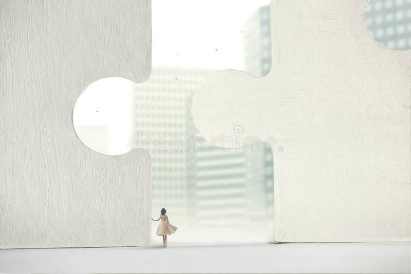 Kvinnan ser till framtiden och till affären arkivfoton