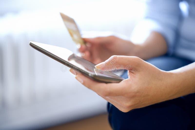Kvinnan shoppar direktanslutet med smartphonen royaltyfri bild