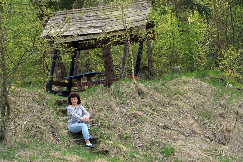 Kvinnan sitter på momenten av den turist- parkeringen Kaliningrad arkivbilder