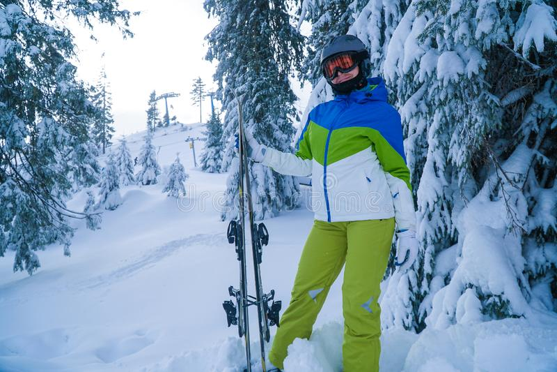 Kvinnan skidar semestrar vinter aktiv livsstil Skidåkare för argt land arkivfoto