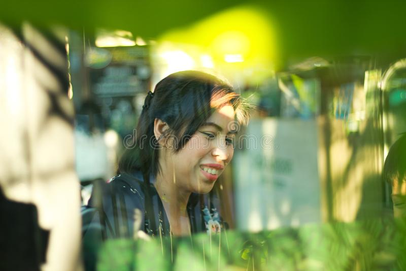 Kvinnan skrattar lyckligt royaltyfri foto