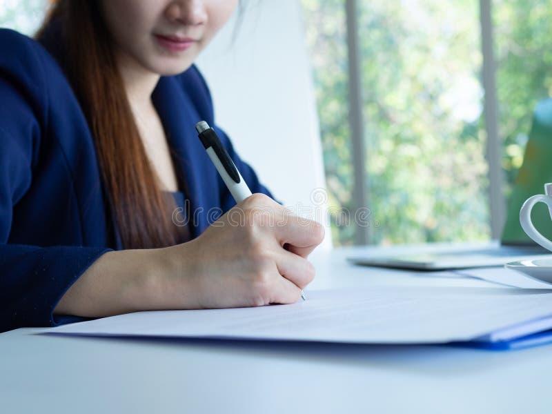Kvinnan skriver royaltyfria bilder